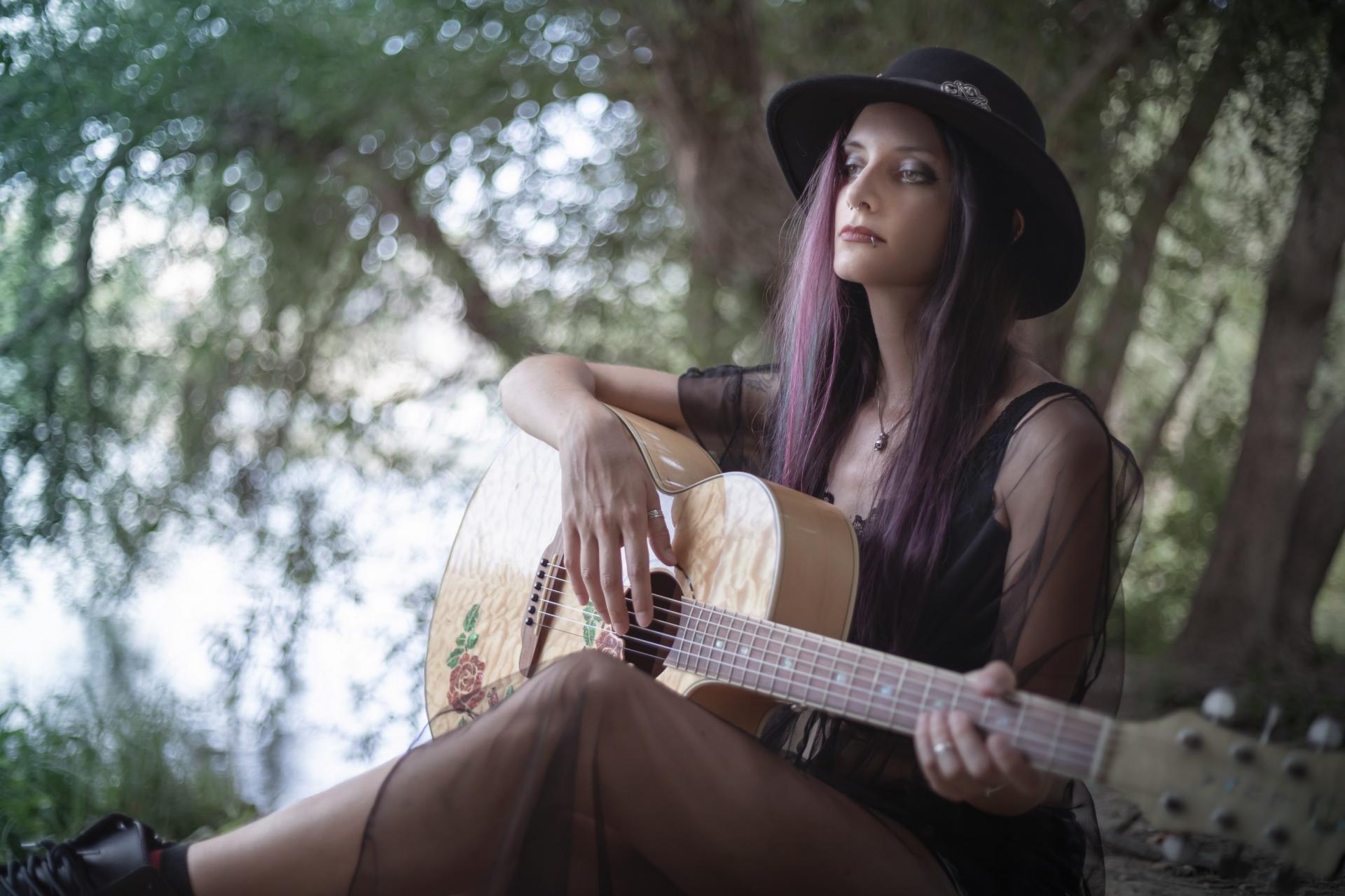 Cecile guitare autoportrait